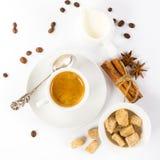 чашка итальянского эспрессо с желтым сахарным песком кофейных зерен циннамона Стоковое Фото
