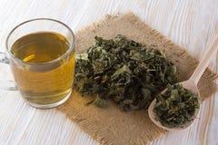 Чашка и высушенный травяной чай Стоковое Фото