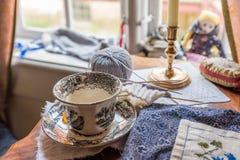Чашка и вязать чая стоковая фотография