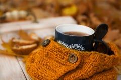 Чашка или coffe с шарфом и cockies на деревянном столе Стоковые Изображения RF