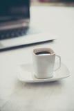 Чашка и компьтер-книжка Стоковые Фото