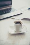 Чашка и компьтер-книжка Стоковая Фотография