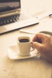 Чашка и компьтер-книжка Стоковые Изображения