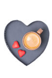 Чашка и конфета эспрессо на подносе в форме изолированного сердца, Стоковое фото RF