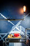 Чашка и круассан Coffe с фасолями на плите Стоковое фото RF