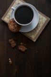 Чашка и печенья Coffe на книге Стоковые Фото