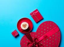 Чашка и подарки стоковое изображение