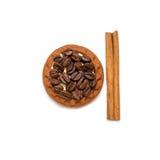 Чашка и поддонник печенья циннамона кофейных зерен белые Стоковое Изображение