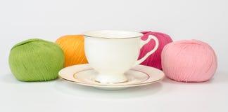 Чашка и пряжа стоковое фото rf