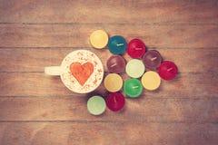 Чашка и свечи на talbe Стоковая Фотография