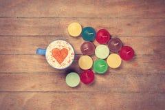 Чашка и свечи на talbe Стоковое Фото