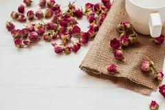 Чашка и сухие розы Стоковое Изображение