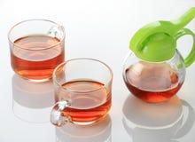 2 чашка и чайника чая в белой отражательной предпосылке Стоковое Изображение RF