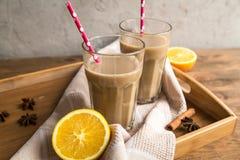 Чашка какао с молоком и циннамоном Стоковые Фотографии RF