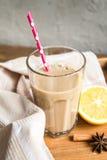 Чашка какао с молоком и циннамоном Стоковое Изображение