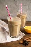 Чашка какао с молоком и циннамоном Стоковые Изображения