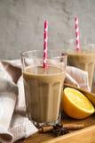 Чашка какао с молоком и циннамоном Стоковые Изображения RF