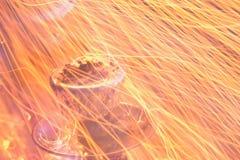 Чашка кальяна с фольгой и углем Зажигание опасности, искры крупного плана огня стоковые фотографии rf