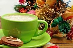 Чашка капучино и высушенного украшения цветка Стоковые Фото