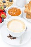 Чашка капучино и завтрака, фокуса конца-вверх селективного Стоковое Изображение