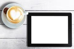 Чашка капучино и планшет на деревенском белом деревянном столе стоковые фотографии rf