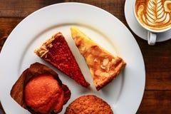 Чашка капучино с десертом Стоковое Фото