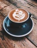Чашка капучино с искусством latte стоковые фотографии rf