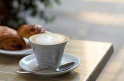 Чашка капучино с сливк молока Стоковая Фотография RF