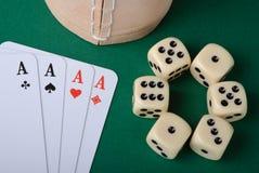 чашка карточек предпосылки dices зеленый играть Стоковая Фотография