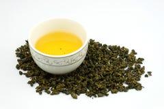 Чашка китайского чая с листьями чая Стоковое фото RF