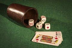 Чашка кости с карточками палубы Стоковые Изображения RF