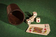 Чашка кости с карточками палубы Стоковое фото RF