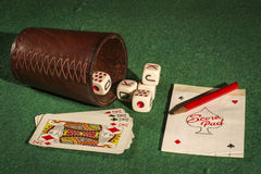 Чашка кости с карточками палубы Стоковая Фотография RF