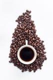 Чашка кофе аранжированная с свежими зажаренными в духовке кофейными зернами Стоковое Изображение RF