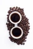 Чашка кофе аранжированная с свежими зажаренными в духовке кофейными зернами Стоковая Фотография