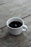 Чашка кофе белая на деревянной предпосылке Стоковое Изображение RF