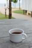 Чашка кофе белая на деревянной предпосылке Стоковое фото RF