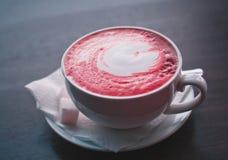 Чашка кофе в искусственных цветах Стоковое Фото