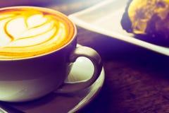 Чашка кофе в кафе имеет красивую пену молока Стоковое Изображение