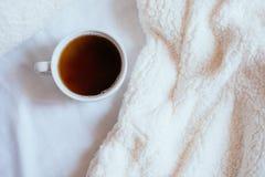 Чашка кофе в кровати стоковая фотография rf