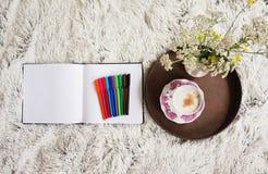 Чашка кофе в кровати Стоковое Изображение
