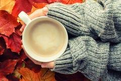 Чашка кофе в руках на деревянной табуретке против backgroun Стоковые Изображения
