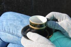 Чашка кофе в руке улица Стоковое Изображение