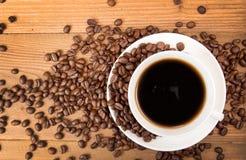 Чашка кофе, зажаренные в духовке кофейные зерна Взгляд сверху Стоковое Изображение