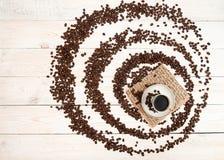 Чашка кофе, зажаренные в духовке кофейные зерна Взгляд сверху Стоковые Фото
