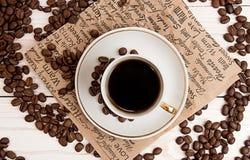 Чашка кофе, зажаренные в духовке кофейные зерна Взгляд сверху Стоковые Фотографии RF