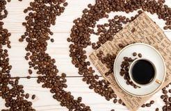 Чашка кофе, зажаренные в духовке кофейные зерна Взгляд сверху Стоковые Изображения RF
