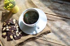 Чашка кофе и вкусные печенья Время чая и концепция завтрака стоковые фотографии rf