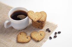 Чашка кофе и в форме сердц печенья стоковые изображения rf