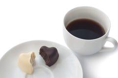 Чашка кофе и 2 в форме сердц шоколада на плите Стоковая Фотография RF